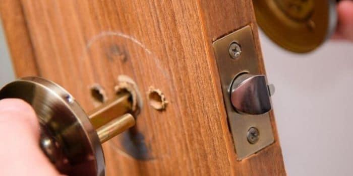 תיקון דלתות עץ מנעולן מנעול ומפתח