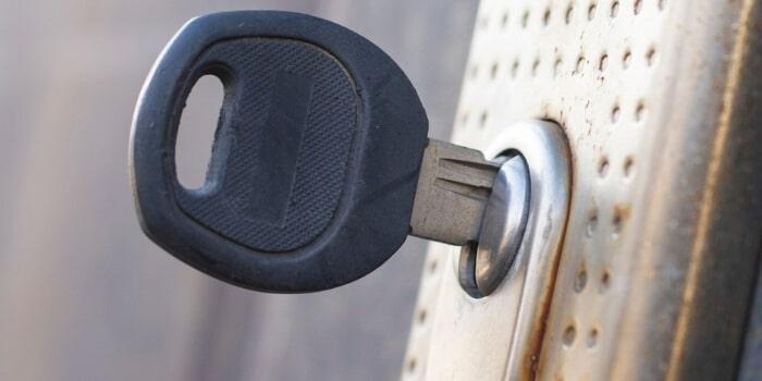 המפתח נתקע בתוך המנעול מנעולן מנעול ומפתח