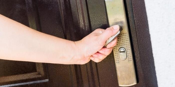 ציפוי דלת כניסה מנעולן מנעול ומפתח